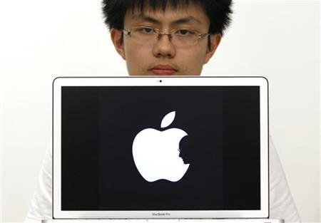 jonathan mak pose with his steve jobs apple tribute logo